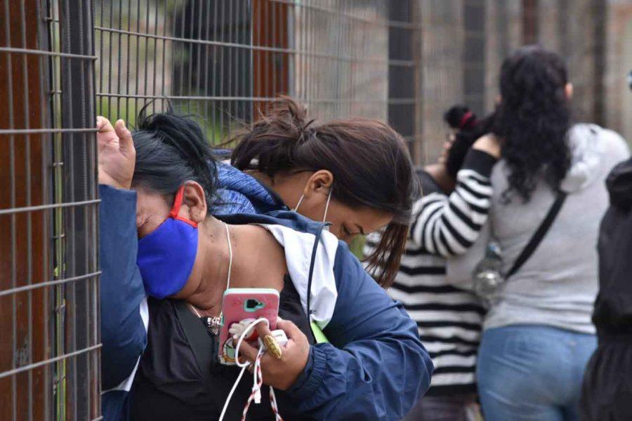 Familiares de víctimas de masacre en cárcel de Turi esperan retirar cuerpos.