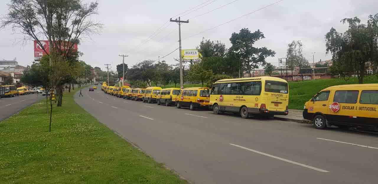 Transportistas de busetas escolares realizaron plantón en la Av. de las Américas.