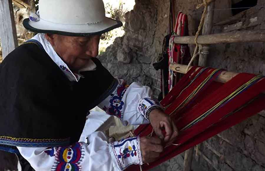 Juan Tenesaca (+), durante su trabajo en su telar.